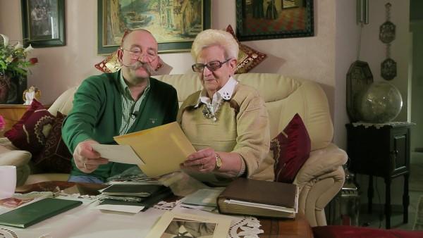 Horst Lichter sichtet mit seiner Mutter alte Dokumente (Bild: WDR)