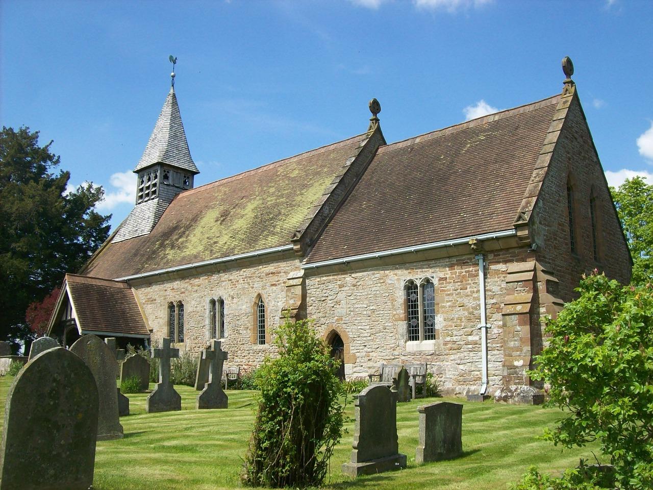 Kirche mit Gräbern